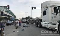 Xe máy vượt đèn đỏ ở Sài Gòn, bị xe tải hất văng hơn chục mét