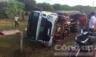 Tài xế mở nhạc khiến xe tải chở trụ điện lật, đè chết 2 người