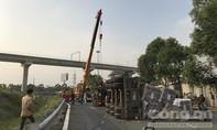 Ôm cua gấp, xe container lật nhào ở Sài Gòn lúc rạng sáng