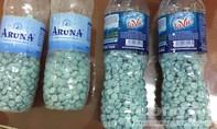 Người nước ngoài mang 4 chai đầy thuốc lắc vào Sài Gòn bán