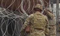 Clip lính Mỹ gia cố hàng rào thép gai ngăn đoàn người nhập cư