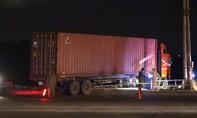 """""""Hung thần"""" container cuốn xe máy vào gầm, bé gái tử nạn và 3 người nguy kịch"""