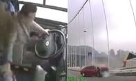 Xe lao xuống sông vì tài xế và hành khách xô xát, 13 người chết