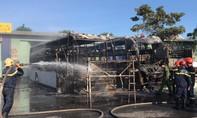 Hai xe khách giường nằm cháy rụi ngay tại bến