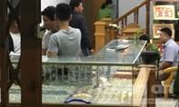 Thanh niên cầm búa xông vào cướp tiệm vàng