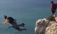 Người đàn ông tử vong vì nhảy từ vách núi nhưng dù không bung