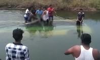 Xe buýt chở học sinh lao xuống kênh, ít nhất 28 người chết