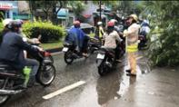 CSGT TP.HCM giúp dân mùa mưa bão
