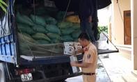 Cảnh sát giao thông bắt xe tải chở gần 900 chai rượu lậu