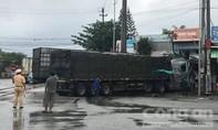Hai xe tải tông nhau rồi lao vào nhà dân, nhiều người khiếp vía