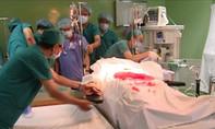 Nửa đêm phẫu thuật cứu bệnh nhân bị đâm thủng tim, phổi, dạ dày