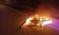 Xe máy chạy tốc độ cao, bốc cháy sau tai nạn