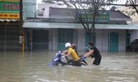 Nhiều tuyến đường TP Tam Kỳ vẫn chìm trong biển nước