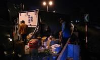 Xe tải chở trái cây lật nhào trên cao tốc, cam chanh phủ mặt đường