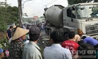 Xe trộn bê tông ép ngã xe máy, bé gái tử nạn trên đường đi học