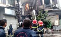 Cháy quán karaoke lan sang nhà dân gây thiệt hại nặng