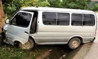 Xe chở gỗ lậu đâm vào xe kiểm lâm, tài xế nhảy xuống chạy trốn