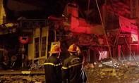 Tiệm bánh hai tầng bất ngờ đổ sập trong đêm, 2 nhân viên thoát chết
