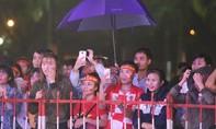 Cổ động viên xứ Quảng đứng dưới mưa cổ vũ ĐT Việt Nam