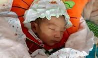 Bé sơ sinh 1 tuần tuổi bị bỏ rơi trước cổng chùa