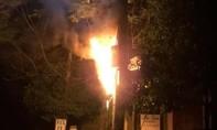 Trụ điện cháy nổ như pháo hoa lúc rạng sáng