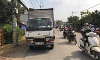 Xe máy văng xa sau cú va chạm xe tải, một người chết