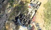 Xe buýt lao xuống vực sâu 700m ở Nepal, ít nhất 22 người thiệt mạng