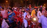 Người Sài Gòn rộn ràng xuống phố đón Giáng sinh