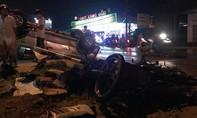 Ô tô húc đổ biển báo, tông nát xe máy, 2 người thương vong