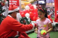 Trẻ nhỏ thích thú xuống phố nhận quà Giáng sinh của ông già Noel