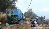 Phục bắt đoàn xe tải nối đuôi nhau đi đổ trộm chất thải nguy hại
