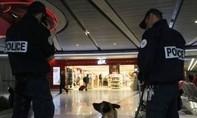 Sân bay Pháp náo loạn vì cặp đôi cầm súng trên tay