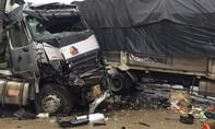 Xe đầu kéo tông liên hoàn, tài xế chết thảm, ùn tắc hơn 10km