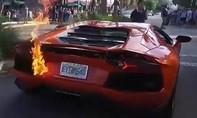 """Đi """"bão"""" sau chiến thắng của Việt Nam, siêu xe Lamborghini bốc cháy"""