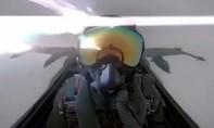 Clip phi công tiêm kích hoảng sợ vì bị sét đánh trúng khi đang bay