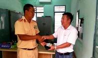 Đại úy CSGT trả lại ví tiền cho người đánh rơi