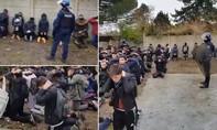 Dư luận Pháp phẫn nộ vì clip 150 học sinh biểu tình bị cảnh sát trói và bắt quỳ