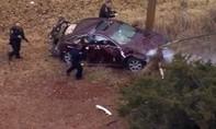 Cảnh sát Mỹ tông trực diện vào xe chống đối như phim hành động