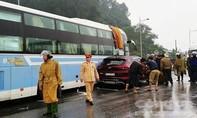Xe 7 chỗ va chạm xe khách, 5 người may mắn thoát chết
