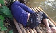 Người đàn ông bất tỉnh trên bè nứa trôi sông