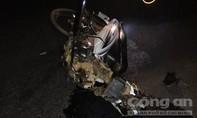 Xe máy đối đầu ô tô, một người chết, một người gãy chân