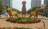 Người dân đổ về trung tâm Sài Gòn đón Giao thừa