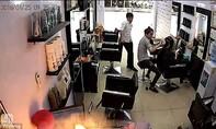 Clip iPhone 6S đang sạc ở salon tóc bất ngờ phát nổ?