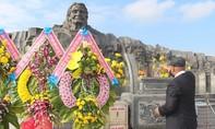 Đầu năm, người dân dâng hương tượng đài Mẹ Việt Nam anh hùng