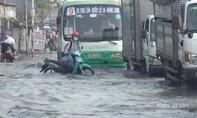 Giao thông cửa ngõ Sài Gòn hỗn loạn do triều cường