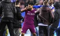 Thất bại trước Wigan, Aguero xô xát với CĐV đối thủ