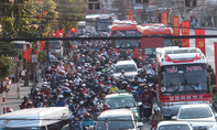 """Người dân đổ về Sài Gòn sau Tết chịu cảnh ùn ứ nhiều km vì... """"nút cổ chai"""""""