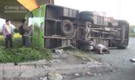 Va chạm xe tải, xe khách lật ngang ở Sài Gòn, 7 người mắc kẹt