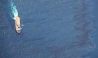 Đánh cá rầm rộ cạnh nơi tàu chở dầu chìm trên biển Hoa Đông