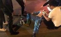 Anh lao công bị xe máy tông nguy kịch khi đang quét đường